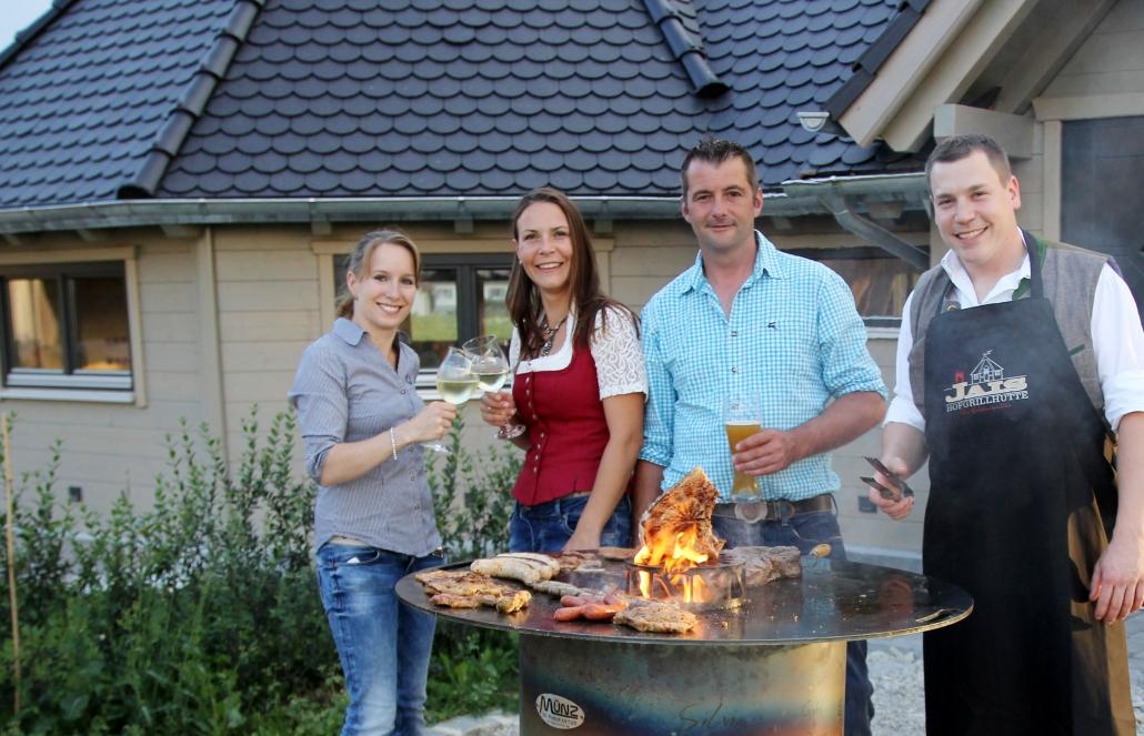 Andrea, Karolin, Thomas und Andreas Jais vor der Grillhütte